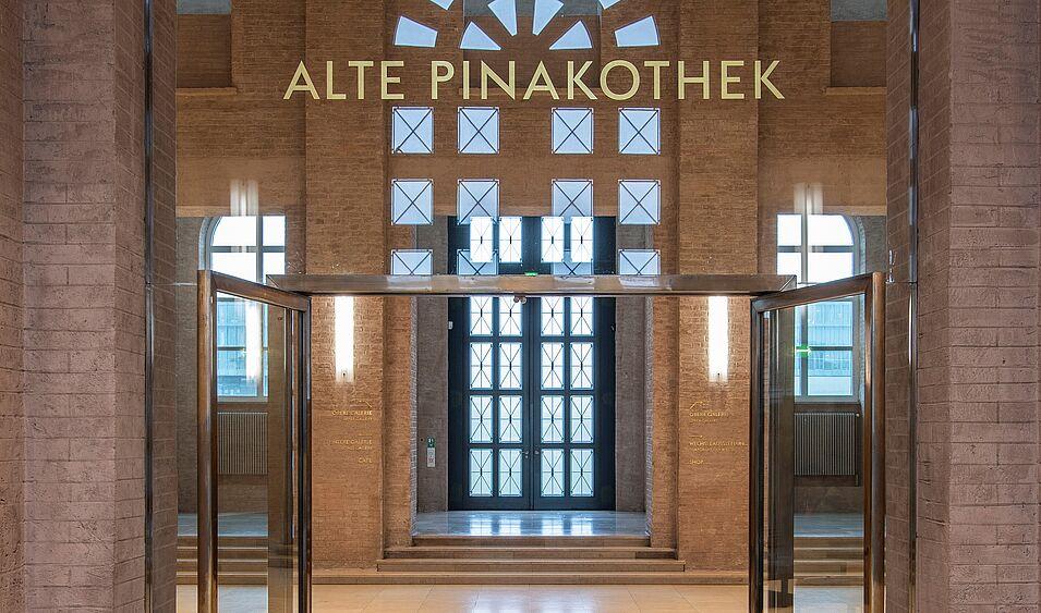 Die geöffneten Türen zur Eingangshalle der Alten Pinakothek
